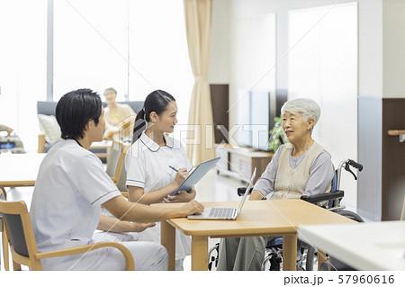 介護施設 シニア女性 医師 57960616