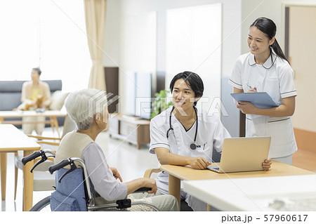 介護施設 シニア女性 医師 57960617