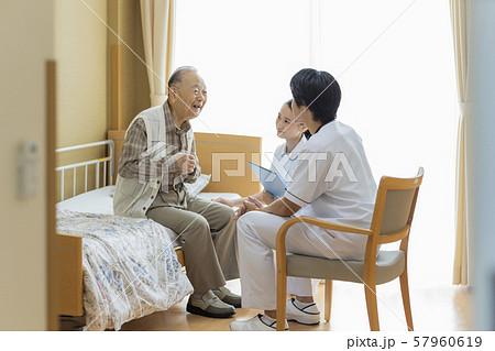 介護施設 シニア男性 医師 57960619