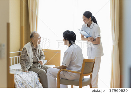 介護施設 シニア男性 医師 57960620