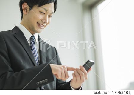 ビジネスマン スマホ 57963401