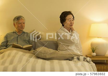 シニア夫婦 ベッド 57963602