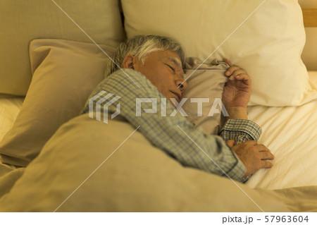 シニア男性 睡眠 57963604