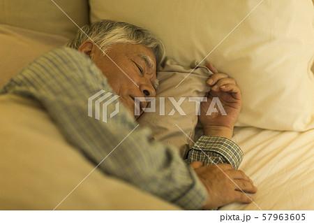 シニア男性 睡眠 57963605