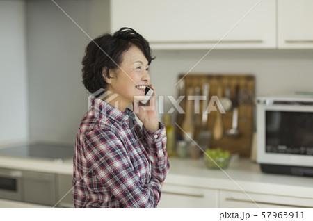 シニア女性 通話 57963911