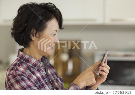 シニア女性 スマホ 57963912