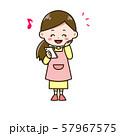 スマートフォンを見て喜ぶ女性 ポーズ イラスト 57967575