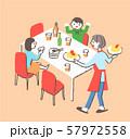 ダイニングで食事をする家族 57972558