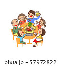 鍋を囲む家族 57972822