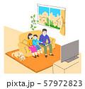 リビングでテレビを見る家族 57972823