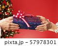 クリスマスプレゼント クリスマスツリー クリスマスカラー 57978301