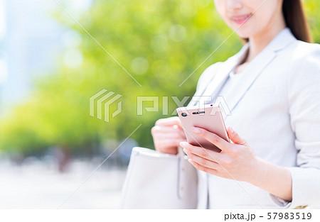 ビジネスウーマン(スマホ) 57983519