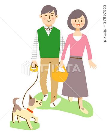 犬と一緒に散歩するカップル 57997955