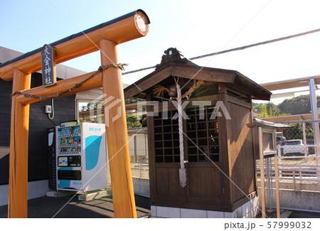 烏山線大金駅の駅舎と大金神社(2) 57999032