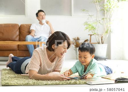 親子で読書 リビングルーム 自粛生活 58057041