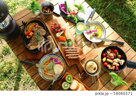 キャンプ 食事 58060371