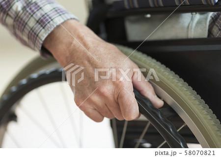 シニア男性 車椅子 58070821