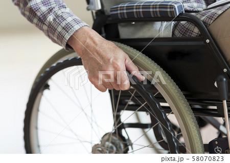 シニア男性 車椅子 58070823