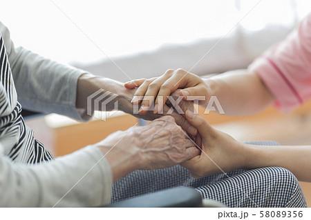 シニア女性の手を握る女性の手 58089356