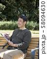 代々木公園でスケッチを楽しむ中年男性 58094630