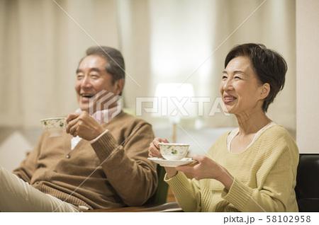 シニア夫婦 58102958