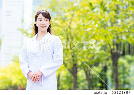 白衣の女性 58121397