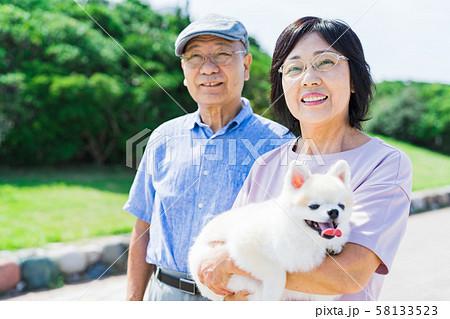 シニア夫婦(公園、犬、ペット、散歩 58133523