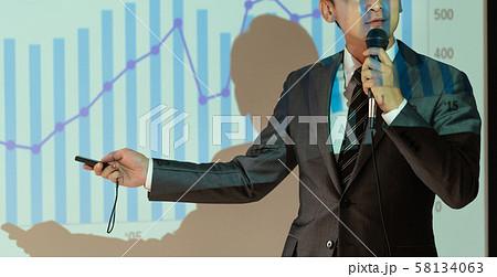 セミナー 講師 ビジネスマン 研修 ビジネスイメージ 58134063