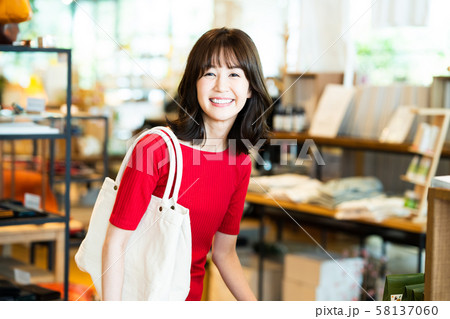 女性 ショッピング 買い物 かわいい ライフスタイル カジュアル 58137060