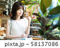 女性 ショッピング 買い物 かわいい ライフスタイル カジュアル 58137086