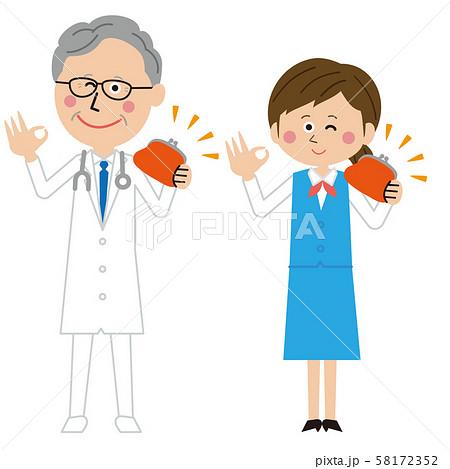 ポップな年を重ねた医者と受付の女性が財布を持つ 58172352