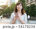 スマホを持つビジネスウーマン 丸の内 東京 日本人女性 58178238