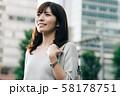 通勤するビジネスウーマン 丸の内 東京 都会 日本人女性 58178751