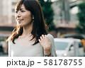 通勤するビジネスウーマン 丸の内 東京 都会 日本人女性 58178755