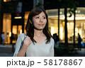 残業帰りのビジネスウーマン 丸の内 東京 都会 日本人女性 58178867