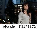 残業帰りのビジネスウーマン 丸の内 東京 都会 日本人女性 58178872