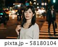 残業帰りのビジネスウーマン 夜 丸の内 東京 都会 日本人女性 58180104