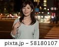 残業帰りのビジネスウーマン 夜 丸の内 東京 都会 日本人女性 58180107