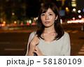残業帰りのビジネスウーマン 夜 丸の内 東京 都会 日本人女性 58180109