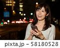 スマホを持つビジネスウーマン 丸の内 東京 都会 日本人女性 58180528