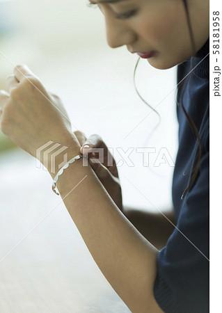 若い女性 アクセサリー 58181958