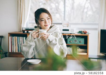部屋でコーヒーを飲む女性 58182358