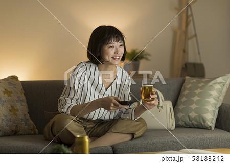 若い女性 テレビ 58183242