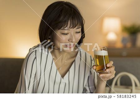 若い女性 ビール 58183245