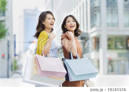 若い女性 ショッピング 58183328