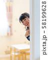 家でかくれんぼ 可愛い笑顔の女性 58199628