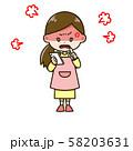 スマートフォンを見て怒っている女性 ポーズ イラスト 58203631