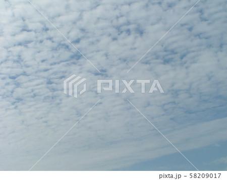 白い雲間に青い空の見える秋の空 58209017