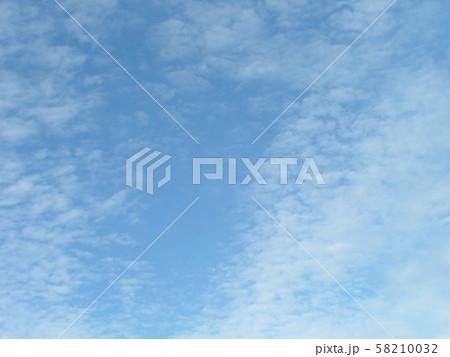 白い雲間に青い空の見える秋の空 58210032