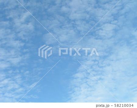 白い雲間に青い空の見える秋の空 58210034